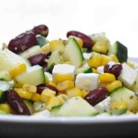 Lauwarmer Zucchinisalat mit Feta, Mais und Bohnen