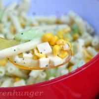 Nudelsalat mit Gurke, Mais und Käse