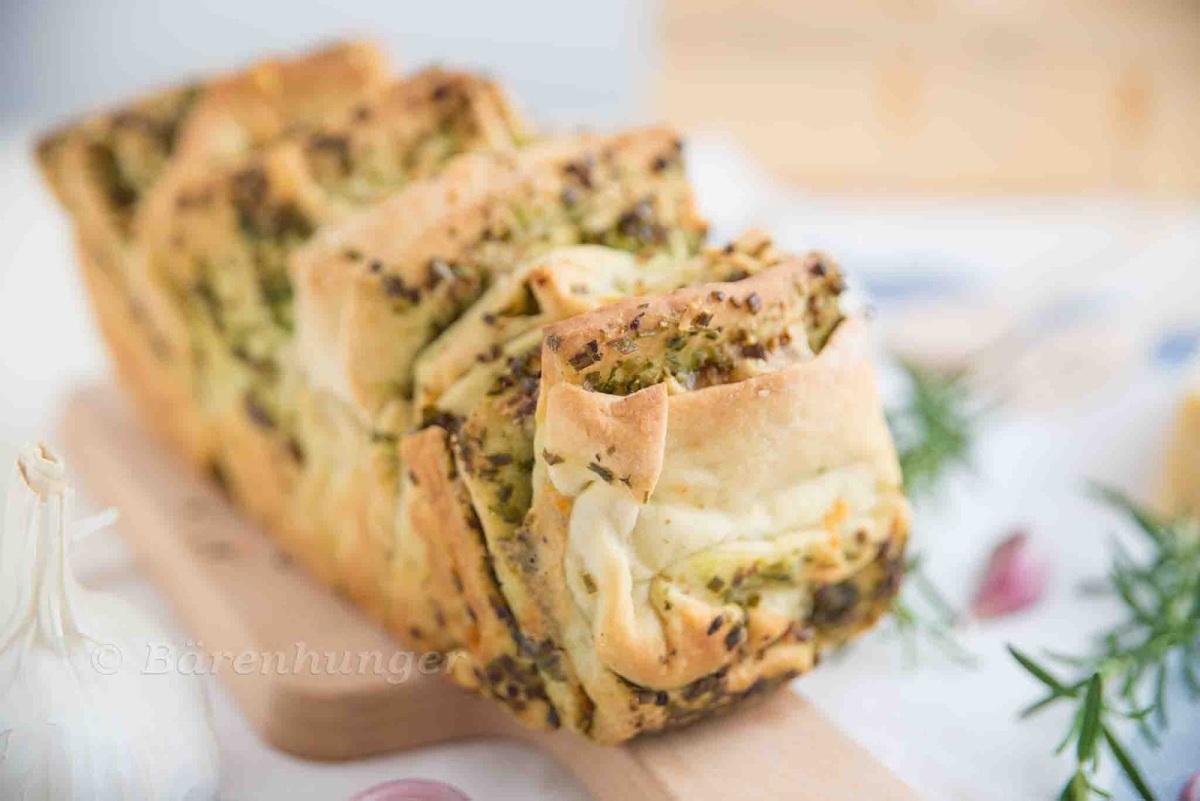 Pull Apart Brot mit Knoblauch, Käse und Kräutern