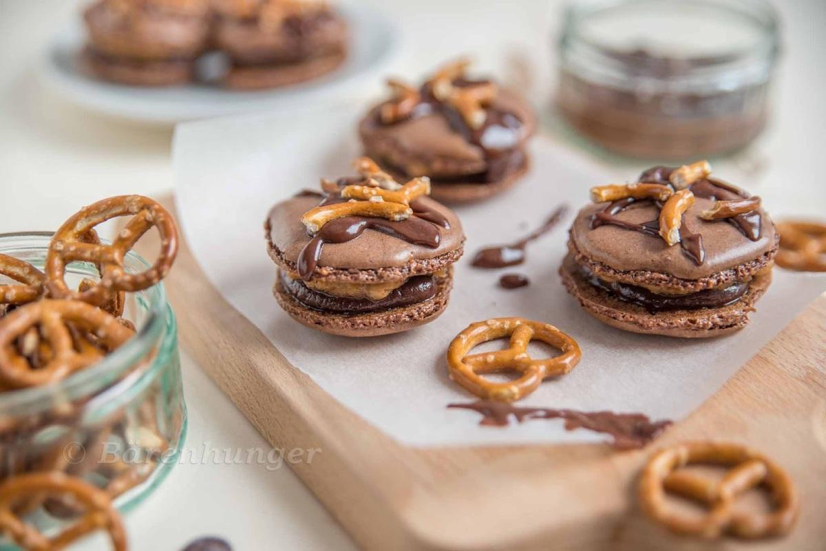 Schokoladen Erdnussbutter Macarons mit Brezeln