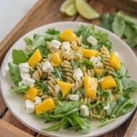 Nudelsalat mit Mango und Feta