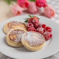 Pancakes mit griechischem Joghurt und Himbeeren