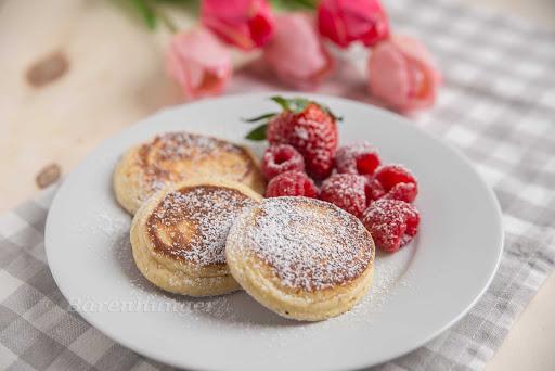 Pancakes mit griechischem Joghurt undHimbeeren