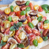 Pizza mit Tomaten und Feigen