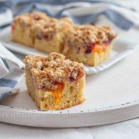 Streusel Kuchen mit Marillen und Kirschen
