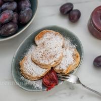 Süsse Blinis mit Mandeln und Zwetschgenkompott